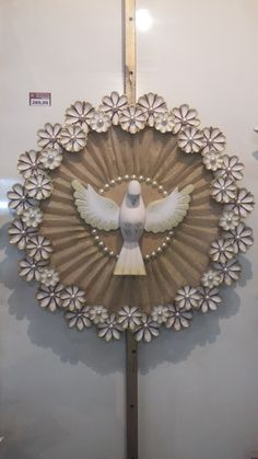 Divino redondo em madeira com flores de madeira Wooden Crafts, Diy And Crafts, Arts And Crafts, Decoupage, Home Altar, Baptism Favors, Frame Crafts, Laser Cut Wood, Do It Yourself Projects