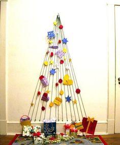 Pincha en la imagen para descubrir ideas para llenar de adornos tu árbol de Navidad. Este arbol nos ha enamorado. ¡Es muy creativo! Para más pins como éste visita nuestro tablero. ¡Ah! > No te olvides de pinearlo si te gusta! #arboldenavidad #navidad #arbol #decoracionnavideña