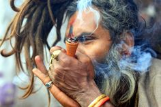 Hindus fumam maconha por deus Shiva