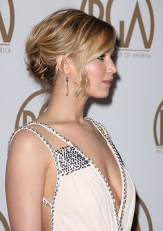 Jennifer Lawrence is wearing her platinum blonde hair down in this VERY Malibu-inspired look