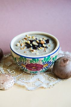 This mushroom cream soup with walnuts and caramelized onions has great complementary flavours that enhance each other. Plus, it's easy, quick and healthy! Mushroom Cream Soup, Caramelized Onions, Taste Buds, Soups, Oatmeal, Berries, Stuffed Mushrooms, Spices, Breakfast
