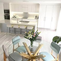 Mix and match! We just love the fresh feel of @ladyseventynine dining space. Use two different colours in the same style of chair for a look