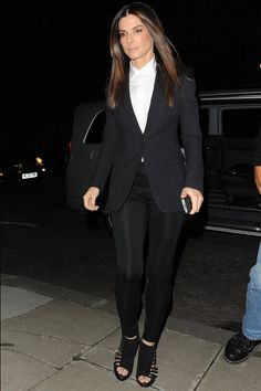 Sandra Bullock. Top looks. Blazers de otoño. Sandra Bullock  Top looks. Blazers de otoño  8 de 8 Sandra Bullock paseó por Londres con un look de estética masculina con un blazer negro, una camisa blanca abotonada hasta el cuello, un pantalón ajustado también de color negro y unas sandalias con hebillas.