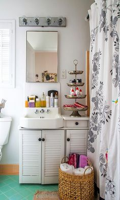7 Ways to Prevent Product Clutter When Your Bathroom Is Tiny...or Teeny-Tiny