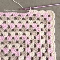 Un borde muy sencillo para colchas tejidas a en granny stripes. Lo usam… A very simple edge for woven bedspreads In Granny Stripes We use it in the with puppies or blanket of attachment to snuggle 🙂 Crochet Edging Patterns, Granny Square Crochet Pattern, Crochet Borders, Crochet Squares, Crochet Granny, Baby Blanket Crochet, Hand Crochet, Knitting Patterns, Granny Squares