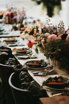 Tisch-Dekoration zum Essen mit Karotten, Apfel und Granatapfel auf unserem Holz-Tisch, Inspiration für Feste und Feiern!