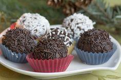 Tatranky nastrouháme, smícháme s rozměklým máslem, kakaem, cukrem a rumem. Tuto vypracovanou směs necháme chvíli vychladnout v lednici. Pak... Sweet Tooth, Muffin, Food And Drink, Cupcakes, Drinks, Breakfast, Cookies, Desserts, Drinking