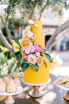 Yellow summer wedding cake by Ruze Cake House at El Chorro in Scottsdale, Arizona. Spring and summer wedding ideas. Phoenix and Scottsdale, Arizona wedding photographer Pinkerton Photography. Summer Wedding Cakes, Wedding Cake Roses, Floral Wedding Cakes, Floral Cake, Wedding Cake Designs, Wedding Sweets, Party Summer, Wedding Cupcakes, Spring Summer