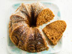 Helppo maustekakku on jouluinen kahvikakku, jonka teko onnistuu kaikilta. Taikinaa ei tarvitse edes vatkata, huolellinen sekoittaminen riittää. Sweets, Bread, Baking, Desserts, Food, Bread Baking, Tailgate Desserts, Deserts, Meal