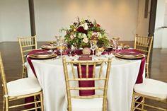 weinrot, gold und weiß Tabelle Einstellung für eine Hochzeit im Herbst