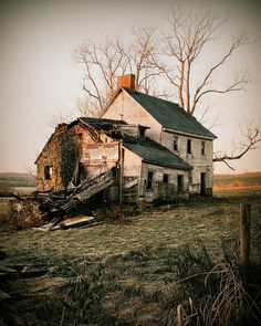 Abandoned Farm Houses, Old Abandoned Buildings, Abandoned Property, Old Farm Houses, Abandoned Castles, Abandoned Mansions, Old Buildings, Abandoned Places, Abandoned Vehicles