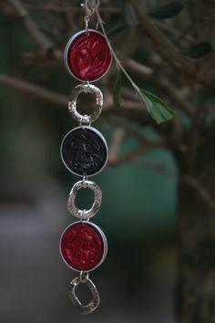 He encontrado este interesante anuncio de Etsy en https://www.etsy.com/es/listing/216188413/jewelry-made-with-coffee-capsules-many
