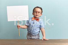Glücklich kleiner Junge hält einen banner.   – lizenzfreie Stock-Fotografie