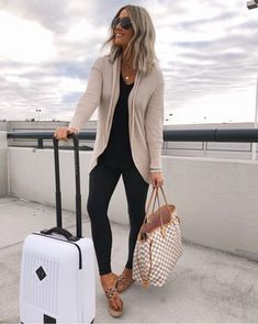 10 Perfect Fall Outfits To Try Now - Leggings Black - Ideas of Leggings Black - Neutral Cardigan and Black Leggings Travel Ideas Travel Packing Travel OOTD Packing Ideas Travel Looks Vacation Outfit Ideas Legging Outfits, Cardigan Outfits, Black Cardigan Outfit, Black Leggings Outfit Summer, Grey Jeans Outfit, Summer Cardigan, Beige Cardigan, Outfit Ideas With Leggings, Black Sandals Outfit