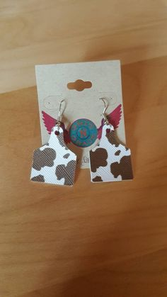 These adorable faux leather ear tag earrings are lightweight and measure in length. They are hung on hypoallergenic ear wires, so they're perfect for sensitive ears. Due to the nature of the print, no two will be exactly like the next. Diy Leather Earrings, Diy Earrings, Leather Jewelry, Cute Jewelry, Jewelry Crafts, Diy Rings Tutorial, Looks Country, Cow Ears, Ear Tag