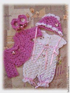 Sandra Roque Artesanatos: Conjuntinho macacão branco e rosa ... Baby Knitting Patterns, Baby Girl Patterns, Crochet Patterns, Crochet Dress Girl, Baby Girl Crochet, Knitted Baby Clothes, Crochet Clothes, Baby Slippers, Crochet Crafts