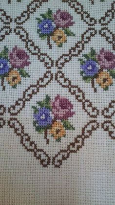 This amazing cross stitch patrones is a really inspirational and fabulous idea Cat Cross Stitches, Cross Stitch Borders, Cross Stitch Rose, Cross Stitch Flowers, Cross Stitch Charts, Cross Stitch Designs, Cross Stitching, Cross Stitch Patterns, Hand Embroidery Designs