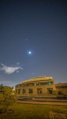 Fotografia Nocturna sobre la Biblioteca Virgilio Barco en Bogotá.