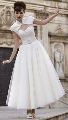29 Ideas for vintage wedding dress tea length audrey hepburn bridal gowns Gorgeous Wedding Dress, Dream Wedding, 50s Style Wedding Dress, Luxury Wedding, Pretty Dresses, Beautiful Dresses, Bridal Gowns, Wedding Gowns, Tulle Wedding