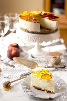 Tarta de yogur y melocotón sin horno, ¡brutal! - Jaleo en la Cocina Mousse, Creative Desserts, Cheesecakes, Sour Cream, Camembert Cheese, Tartan, Yogurt, Bakery, Food And Drink