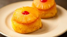 Pineapple Upside-Down Mini-Cakes Take one classic American dessert recipe and add a modern touch by serving it as individually sized cakes. These mini desserts can be made with fresh or canned pineapple. Brownie Desserts, Oreo Dessert, Mini Desserts, Coconut Dessert, Just Desserts, Mini Pineapple Upside Down Cakes, Pineapple Cake, Canned Pineapple, Dole Pineapple