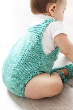 Topitos knitted romper for baby - DIY Knitting Pattern and tutorial How To Start Knitting, Knitting For Kids, Baby Knitting Patterns, Baby Dungarees, Baby Romper Pattern, Baby Dress Design, Romper Suit, Baby Coat, Knitted Romper