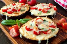 Healthy eggplant mini pizzas with melted mozzarella, tomatoes and basil, close up on a paddle board Greek Recipes, Mexican Food Recipes, Vegetarian Recipes, Cooking Recipes, Mini Pizzas, Eggplant Recipes, Healthy Eggplant, Imam Bayildi Recipe, Bruschetta