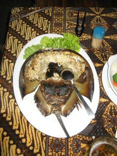There are 4 species of horseshoe crabs, one along the Atlantic coast of the U. and three around Asia. In Asia, the roe is eaten by some. This appears to be an Asian species. Gross Food, Weird Food, Protein Meats, Crab Stuffed Shrimp, Salmon Roe, Horseshoe Crab, Jello Recipes, Exotic Food, People Eating