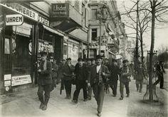 Revolutionaere auf der Strasse Unter den Linden 1918