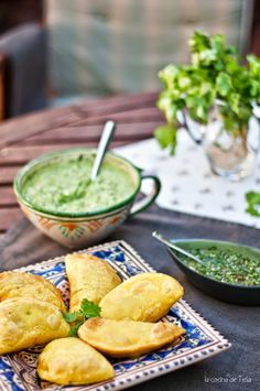 Colombian Empanadas with spicy chili and guacamole Appetizer Recipes, Snack Recipes, Appetizers, Snacks, Latin American Food, Latin Food, Bacon Potato, Empanadas Recipe, Spicy Chili