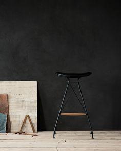 Matt black finish / Elegance black leather / Oak wood
