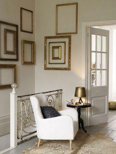 Comment mettre en valeur un mur blanc (ou uni), sans trop le charger et tout en restant simple? En y accrochant des cadres vides.... Conseil: achetez vos cadres de la même couleur; sinon peignez les de la même couleur que votre mur, ou encore en doré....