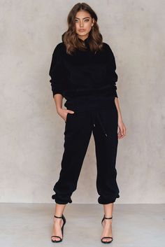 Trust us, you will never stop wearing these cozy sweatpants! The Sweatpants by Vanessa Moe for NA-KD come in black and feature a drawstring waistband for a comfortable fit, side pockets, and fitted cuffs. These pants come in a soft-touch sweat material and are fleece lined. Think an oversized hoodie, a black cap, and trainers for the cozy-lazy-sleepy look!