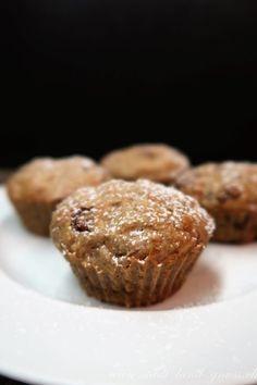 Bananenmuffins mit reifen Bananan, Schokolade und Baumnüssen. Ein einfaches Rezept für feine Muffins die lange saftig und frisch bleiben.