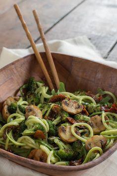 Espaguetis de calabacín con pesto de aguacate Healthy Low Carb Recipes, Easy Salad Recipes, Raw Food Recipes, Veggie Recipes, Diet Recipes, Vegetarian Recipes, Spaghetti, Greens Recipe, Vegan Dishes