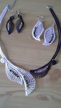 Ogrlica in dva para uhanov, swarovski kristali, lrma Pervanja. Lace Earrings, Lace Necklace, Lace Jewelry, Crochet Earrings, Bruges Lace, Types Of Lace, Bobbin Lace Patterns, Lacemaking, Lace Heart