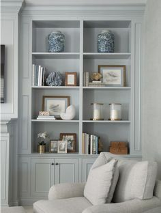 Southern Home Interior light blue living room design // light blue living room built in shelve and cabinets.Southern Home Interior light blue living room design // light blue living room built in shelve and cabinets Home Interior, Interior Design, Bookcase Styling, Home Decor Lights, Cheap Home Decor, Home Decor Accessories, Decoration, Home Remodeling, Living Room Designs