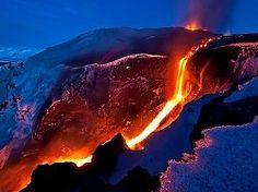 El azul de las montañas interrumpido por el naranja de la lava