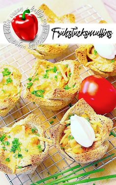 Knusprige Toastscheiben gefüllt mit Kichererbsen, Tomaten und Zwiebeln. Wahlweise mit veganer Creme Fraiche und veganem Reibeschmelz. Köstlich und rein pflanzlich! #pflanzlich #muffins #snacks #frühstück #herzhaft #heftigvegan #fingerfood #buffet #reinpflanzlich #knuspern #kichererbsen #vegan