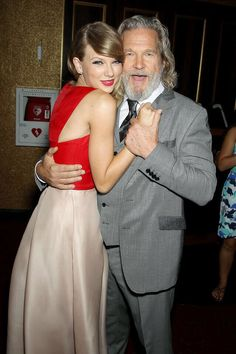 Jeff Bridges and Taylor Swift at The Giver premiere. I adore this photo. Taylor Swift Hot, Taylor Swift Songs, Taylor Swift Pictures, Taylor Hill, Jeff Bridges, Bridesmaid Dresses, Wedding Dresses, Celebs, Celebrities