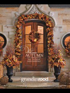 Pretty autumn porch - Fall decor, pumpkins and leaves  #fall #autumn