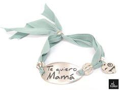 """Pulsera con cinta de algodón y placa con mensaje """"Te quiero Mamá"""""""