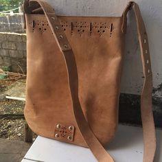 Yeah... My first leather bag special for lil sista @nazifaturrahmi happy birthday yak wkwkwk hadiahnya telat sebulan gegara saya lagi bokek...😂  .  .  .  .  #woman #leather #bag #leatherman #leathercraft #handmade #natural #colours #instaart #instacraft #instashop #kupang #indonesia