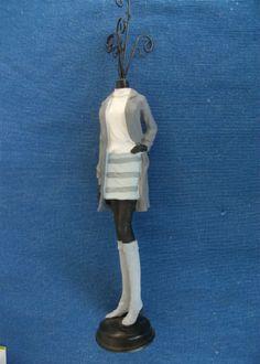 Στάντ κοσμημάτων κορίτσι άσπρες μπότες και μπλούζα ,παλτό