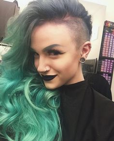 New hair cut side cute Messy Hairstyles, Pretty Hairstyles, Shaved Hairstyles, Mykie Glam And Gore, Half Shaved Hair, Shaved Hair Designs, Shaved Sides, Dye My Hair, Love Hair
