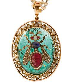 XIXe siècle. Pendentif en or jaune centré d'un cabochon d'émeraude de 60 ct env., décor d'abeilles orné de rubis, saphirs, opale et perles fines, certificat LFG émeraude de Colombie, rubis naturel Birman et saphir naturel. pendentif