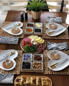 dinner set up Breakfast Table Setting, Breakfast Platter, Breakfast Presentation, Food Presentation, Food Set Up, Party Food Platters, Food Displays, Food Decoration, Aesthetic Food
