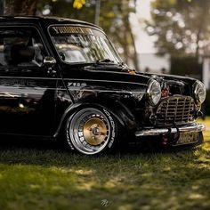 Im pretty sure owns one of the most photogenic minis going Photo: Ti. Mini Cooper Classic, Classic Mini, Best Classic Cars, Minis, Mini Coper, Austin Mini, Mini Morris, Gt Turbo, Mini Trucks