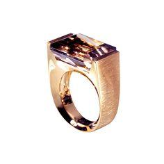 Ring FloPureté et géométrie, Flo évoque avec brio l'idée d'une bague chevalière. Son volume joliment mis au carré, flirte avec un style masculin pour un résultat ultra féminin