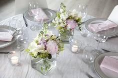 Pynt bordet med små buketter med favorittblomsten din.